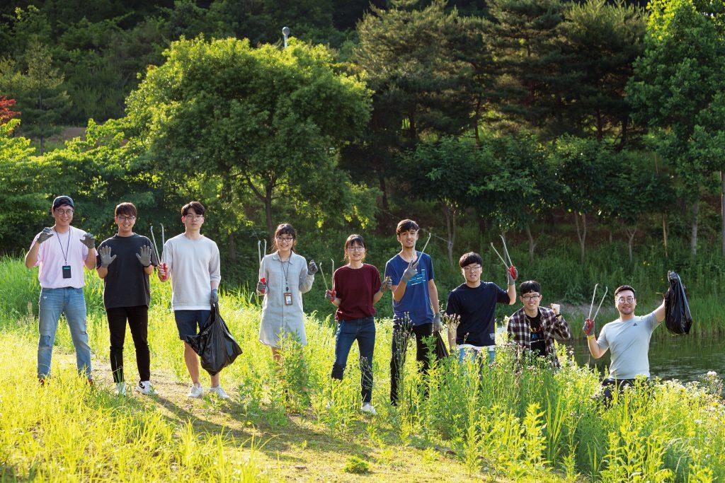 '유니스트 그린그린' 친구들이 캠퍼스 정화에 나섰다. 오후 4시경 햇살이 싱그러운 초록색 배경을 만들어주고 있다. | 사진: 안홍범