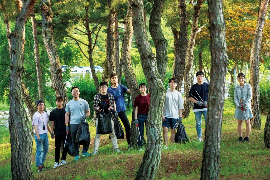 캠퍼스를 넘어 근처 환경 저화에도 나선 유니스트 그린그린 회원들의 모습. | 사진: 안홍범