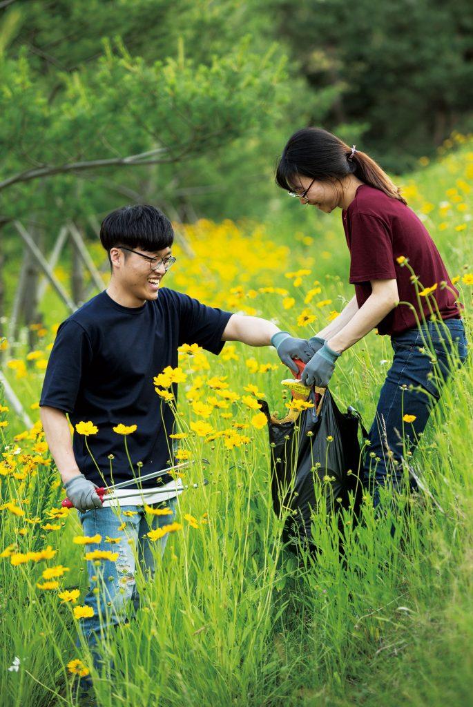양혜윤 회장(왼쪽)는 종일 책상에 앉아 있는 연구자들에게 몸을 사용하는 일이 좋다고 권했다. | 사진: 안홍범