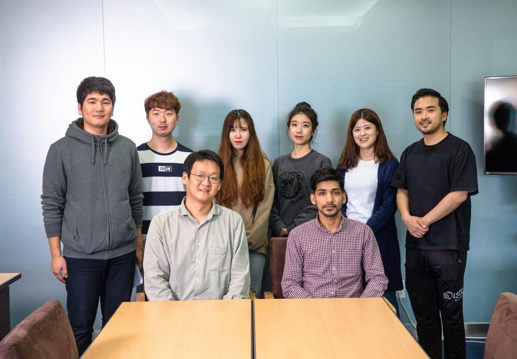 권민상 교수(앞줄 왼쪽)와 제1저자인 바룬 씽 박사(앞쪽 오른쪽)를 비롯한 연구진.   사진: 김경채