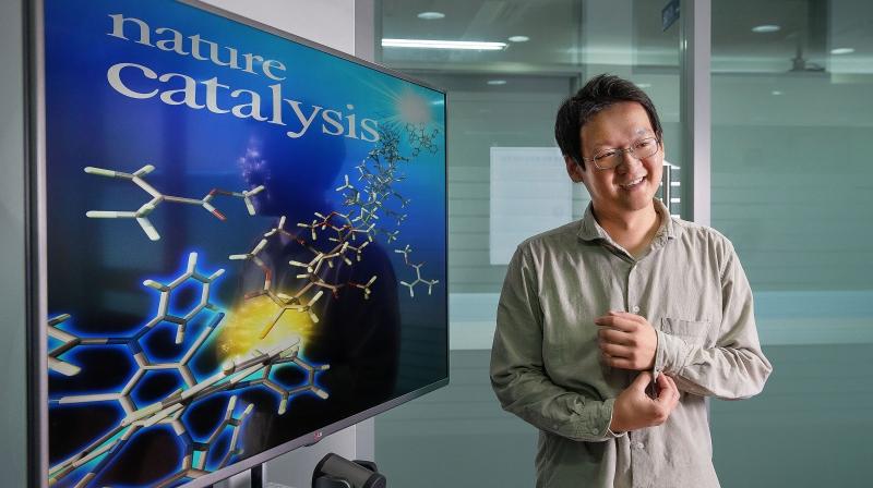 권민상 교수(오른쪽)가 개발한 합리적인 유기물 광촉매 설계 원리가 Nature Catalysis 11일자에 게재됐다.   사진·디자인: 김경채