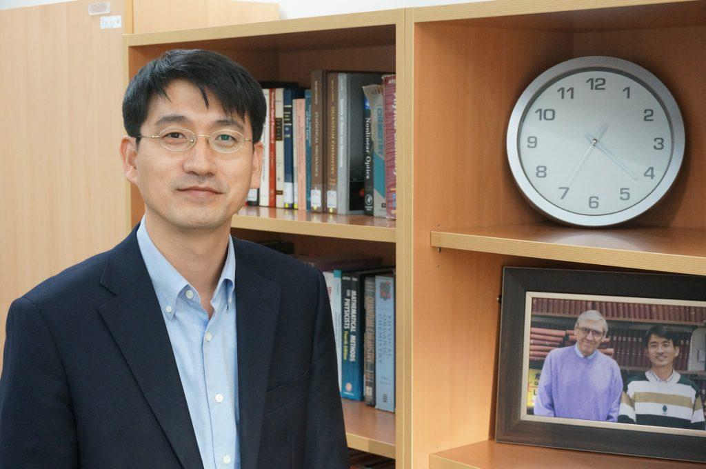 김영삼 교수의 연구실 책장에는 지도교수와 함께 찍은 사진(오른쪽 아래)이 놓여있다. | 사진: 김영삼 교수 제공