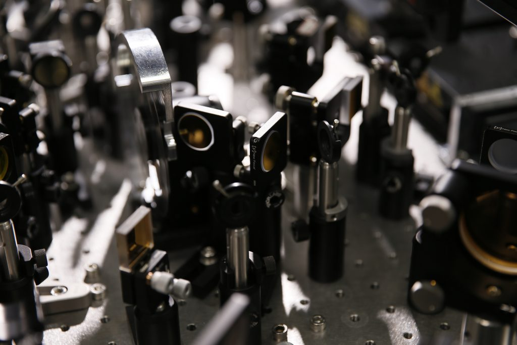 2D IR 기술에 필요한 장비의 내부_적외선을 반사하기 위해 금(gold)으로 얇게 코팅한 거울이 쓰인다. | 사진: 김경채
