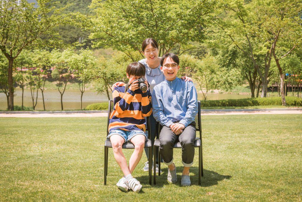 '우리집은 아들만 둘이에요'의 포스터 촬영에 나선 주연 배우 셋의 모습. 가운데가 김희 학생이다. | 사진: NEST 제공