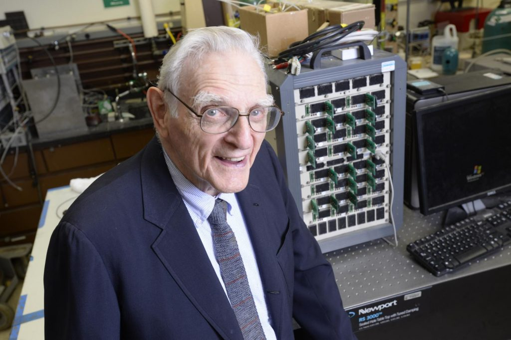 100세를 바라보는 나이에도 활발히 연구하고 있는 존 굿이너프 교수. | 사진: The University of Texas at Austin