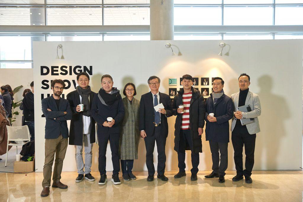 21일(화) 디자인쇼 오프닝 행사가 열렸다. 이재성 부총장과 디자인 및 인간공학부 교수진이 참석했다. | 사진: 김경채