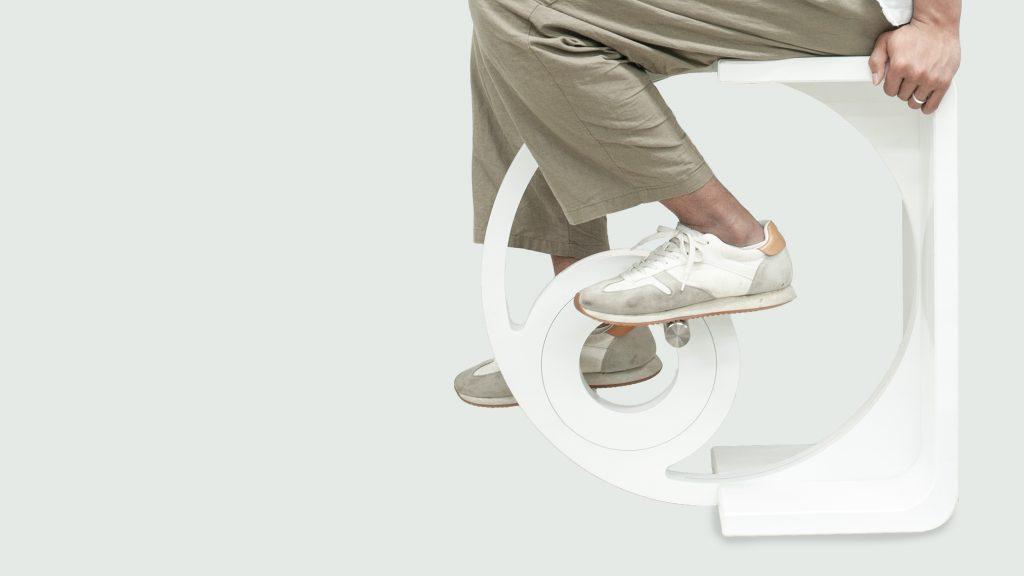 페달을 굴리면서 운동할 수 있는 사이클 스툴 '스쿨디'의 모습. | 사진: 박영우 교수 제공