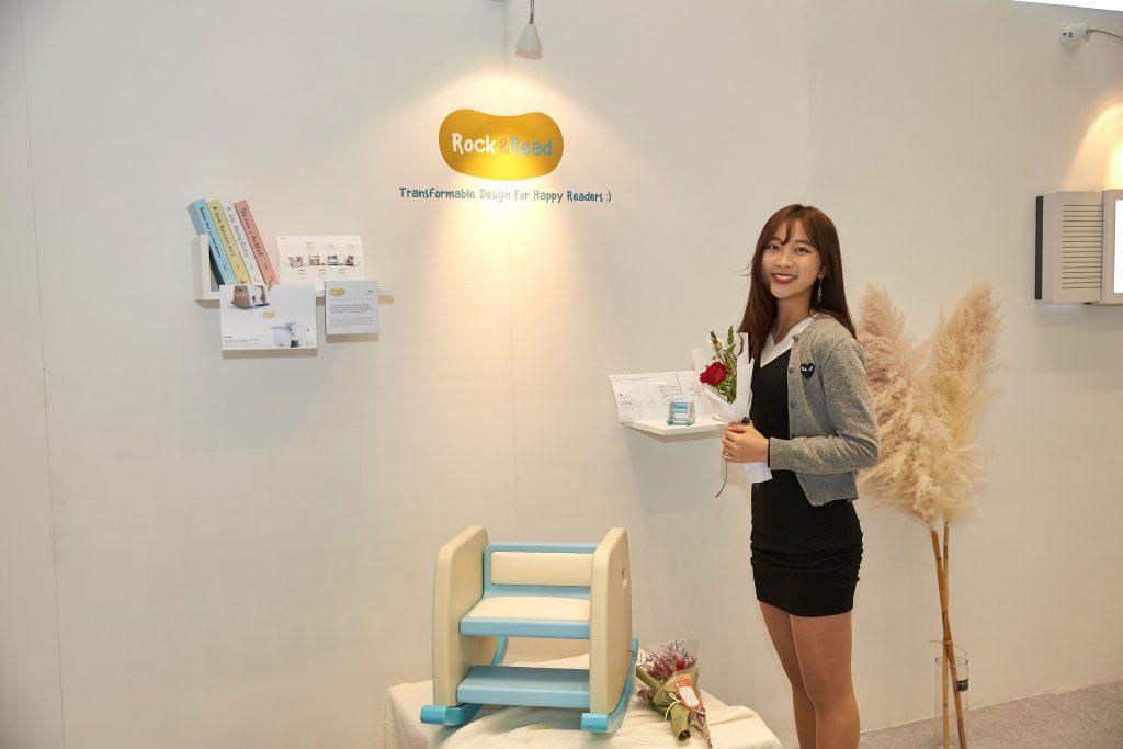박소윤 학생은 아이를 위한 의자를 디자인했다. 의자는 책을 꺼낼 때 쓰는 계단으로도 사용할 수 있다. | 사진: 김경채