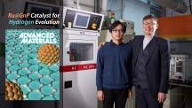 11월 첫 번째 Advanced Materlals 속표지는 루테늄엣그래핀 촉매가 차지했다. (왼쪽) 오른쪽은 이 촉매를 개발한 UNIST 연구진이다. 왼쪽부터 펭 리 박사와 백종범 교수. | 사진: 김경채