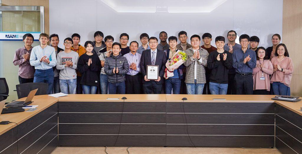 이덕중 교수(가운데 상패를 든 사람)의 연구팀이 두산원자력기술상 수상을 기념한 사진을 촬영했다. | 사진: 김경채