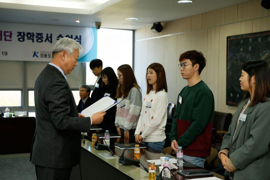 정무영 총장이 학생들에게 장학증서를 수여했다.   사진: 김경채