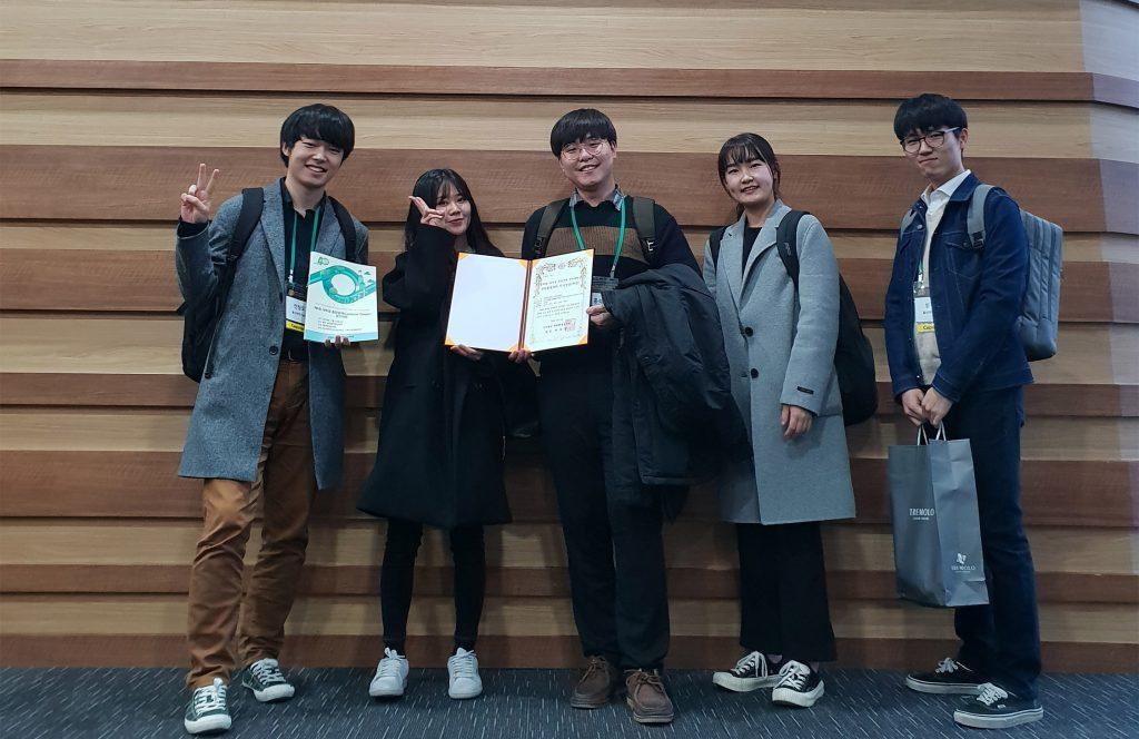 왼쪽부터 심재규, 김소연, 홍석민, 김수빈, 안창모 학생의 모습. | 사진: 조경화 교수 제공