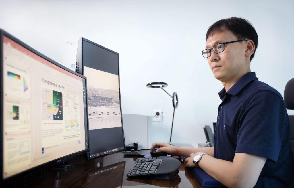 김진영 교수는 최근 안정적인 소재와 소자구조를 찾는 연구에 열중하고 있다. | 사진: 안홍범