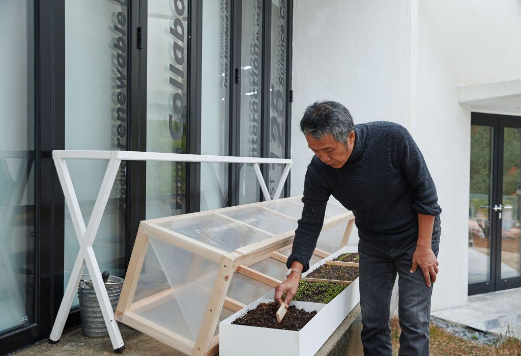 전원길 작가가 과일집 한편에 마련한 미니 온실. | 사진: 김경채