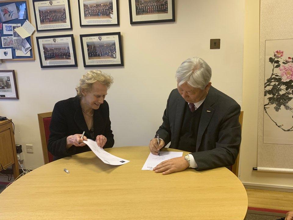 MOU에 서명하고 있는 정무영 UNIST 총장과 아테네 도날드(Dame Athene Donald) 처칠칼리지 마스터 | 사진: 채정아