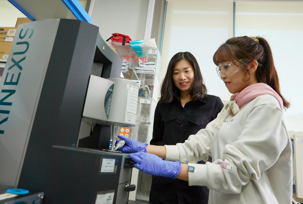 김소연 교수(왼쪽)와 심율희 연구원(오른쪽)이 산화 그래핀 용액의 특성에 대해 논의하고 있다. | 사진: 김경채