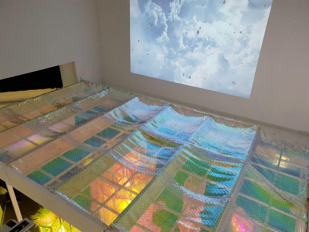2층에서는 박승진 작가의 비디오와 최미출 연구원, 구지은 작가의 PVC Aurora Wave를 만날 수 있다. | 사진: 김석민