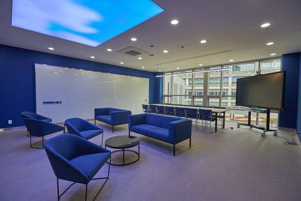 컨퍼런스 룸에는 화상회의가 가능한 장비가 갖춰져 있다. | 사진: 김경채