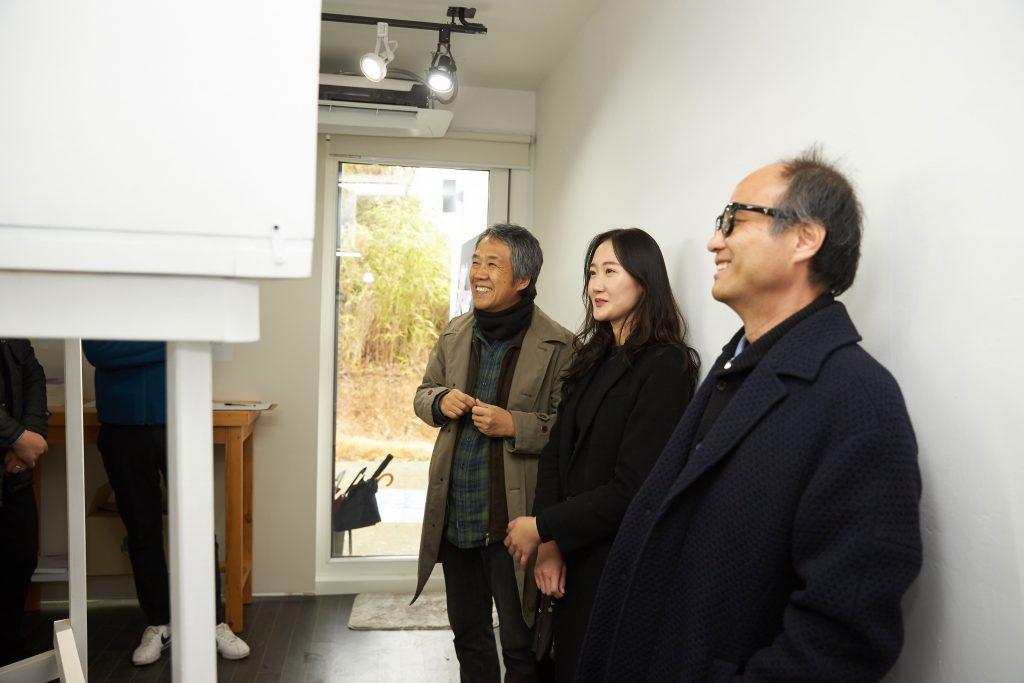 오프닝 세레모니에 참석한 조재원 교수, 윤빛나 연구원, 전원길 작가. | 사진: 김경채