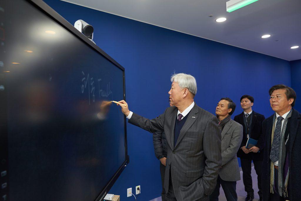정무영 총장이 Conference Room에 설치된 장비를 시연하고 있다. | 사진: 김경채