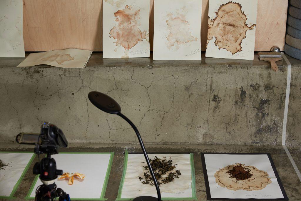김순임 작가의 작업. 먹고 남겨진 것들을 재료로 삼아 드로잉 작업을 진행하고 있다. | 사진: 김경채