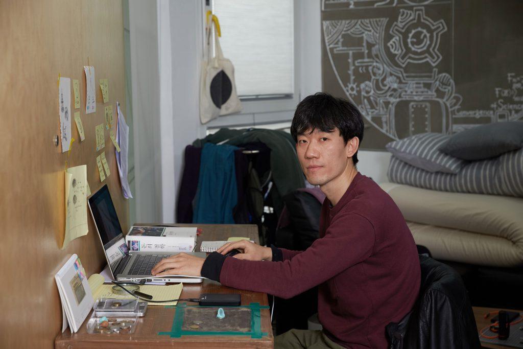 정재범 작가는 '똥본위화폐' 중 '화폐'에 집중해 작업을 진행하고 있다. | 사진: 김경채