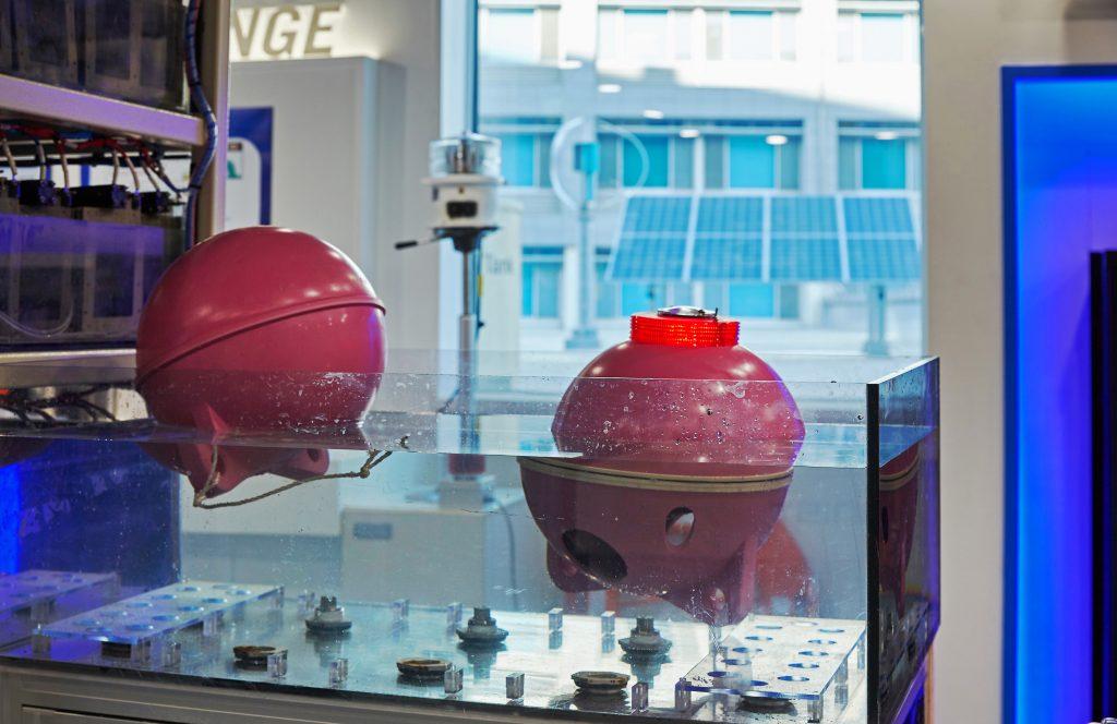 해수자원화 기술 전시관(104동 3층)에 설치된 '해수전지 기반 부이(Buoy)의 모형'. 소금물에 넣으면 불이 들어온다. | 사진: 김경채