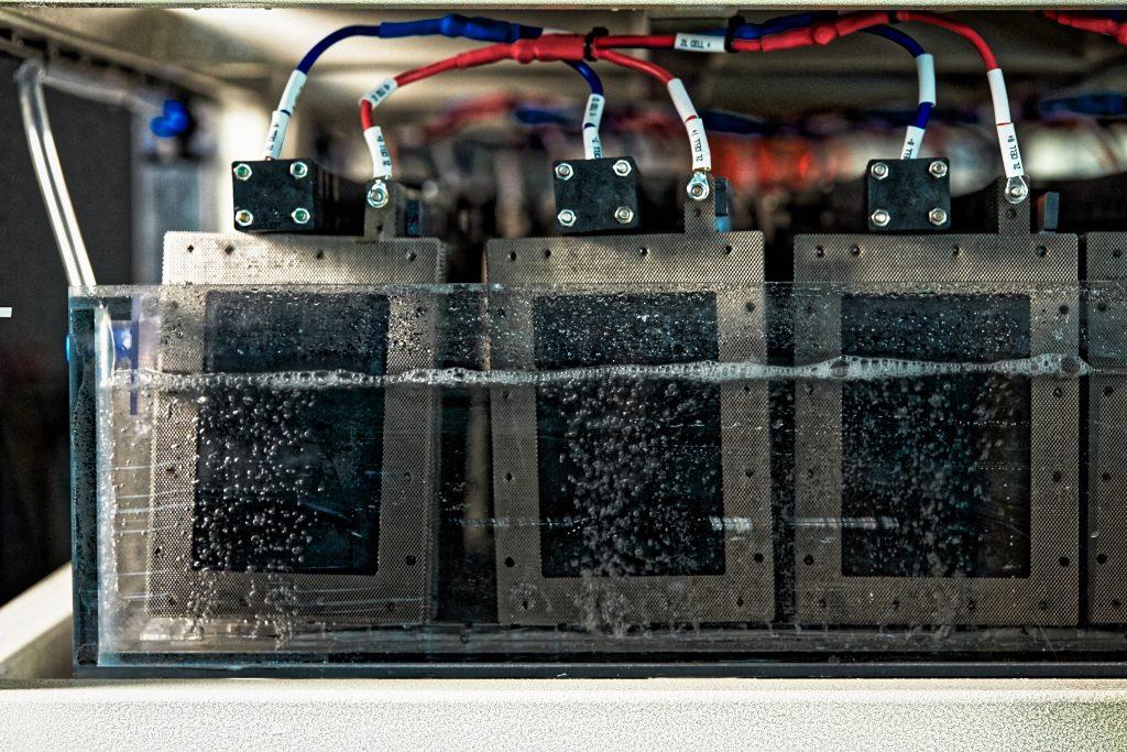 10kW급 해수전지 ESS는 단일 해수전지 팩을 대량으로 연결시킨 구조로 이뤄져 있다. | 사진: 김경채