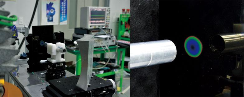 최은미 교수 실험실에서 개발한 눈에 보이지 않는 고출력 테라헤르츠 전자기바 발생원의 시각화를 위한 실험 셋업(왼쪽)과 액정 종이에 시각화해 확인한 완벽한 원형 형태의 광원 이미지. | 사진: 최은미 교수팀 제공