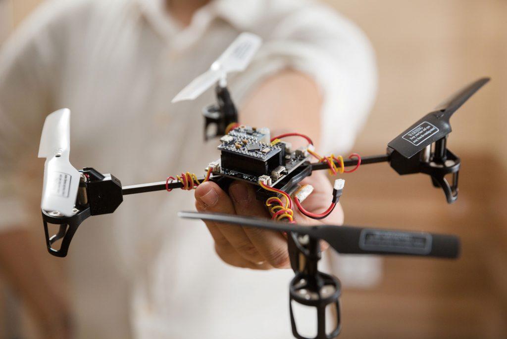 새론은 경량드론에 배터리를 유선으로 연결해 일반인이 쉽게 사용할 수 있는 드론을 만들고 있다. | 사진: 안홍범