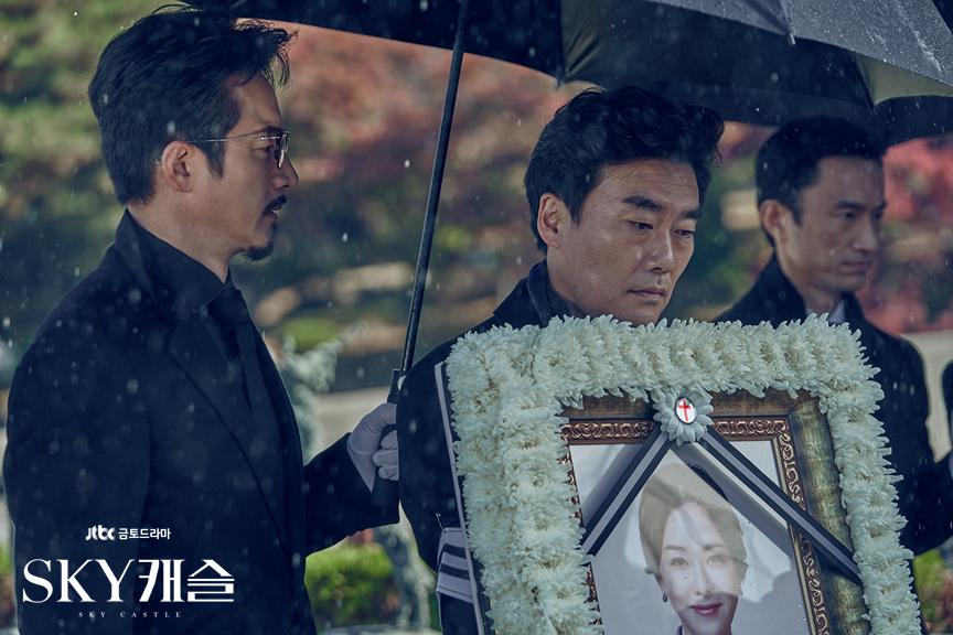 드라마 'SKY캐슬'의 한 장면. 서울대 의대 입학을 포기한 아들과의 갈등으로 자살을 선택한 엄마의 장례식 장면이다. | 출처: JTBC 홈페이지