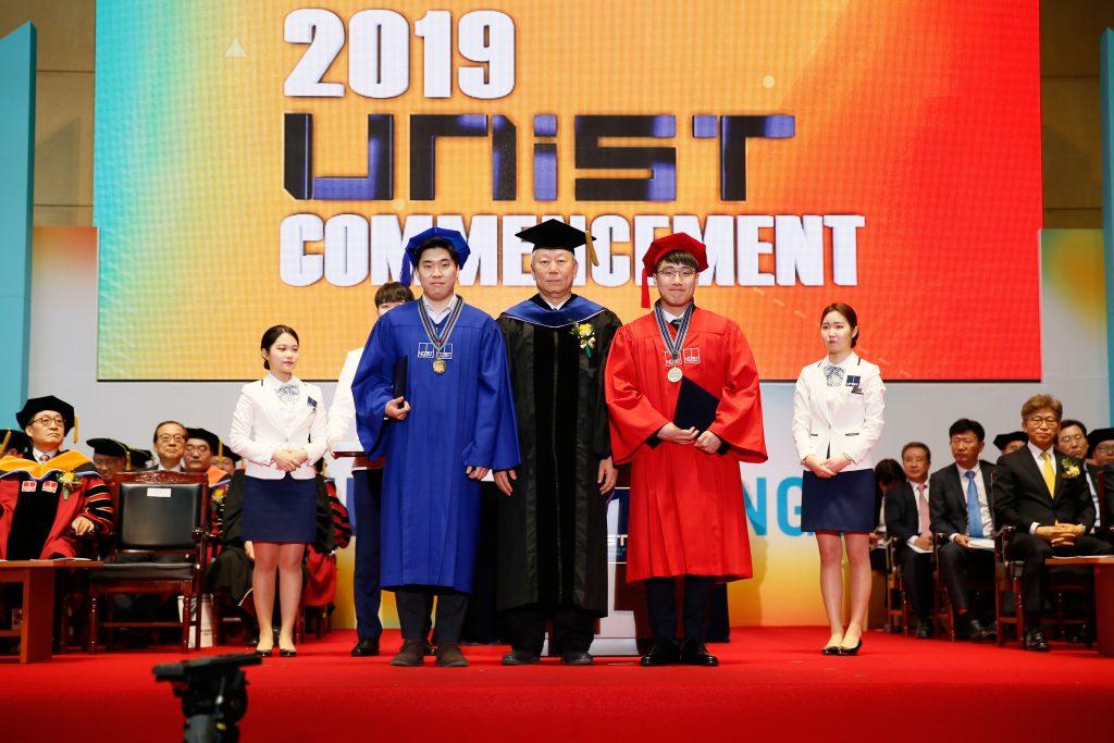 김남우 학생(나노생명화학공학부)과 윤세준 학생(경영학부)이 각각 이공, 경영계열의 수석졸업자로 총장상을 수상했다. | 사진: 김경채