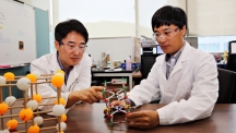 Prof. Gun Tae Kim (School of Energy and Chemical Engineering) and Prof. Noe Jung Park (School of Natural Science), posing in the lab at UNIST