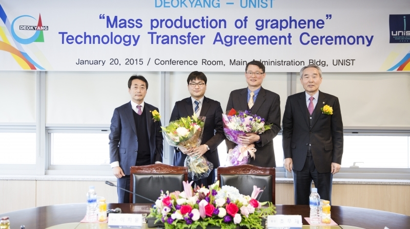 At the Technology Transfer Agreement Ceremony held at the UNIST campus, from left are, Chi-Yoon Lee (President of Deokyang Energen Corp.), In-Yup Jeon (School of Energy and Chemical Engineering), Jong-Beom Baek (Interdisciplinary School of Green Energy), and Moo Je Cho (President of UNIST).