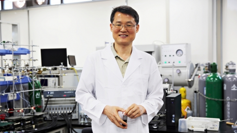 Prof. Jong-Beom Baek (Interdisciplinary School of Green Energy/Advanced Materials & Devices), posing in the lab at UNIST.