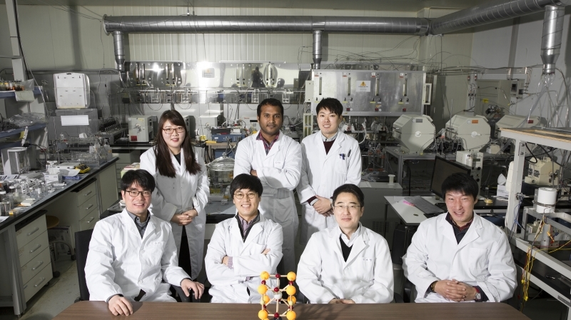 The UNIST research team, led by Prof. Gun Tae Kim (School of Energy and Chemical Engineering) are posing for a group photo in his laboratory.