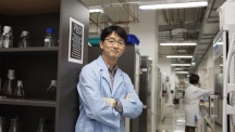 Prof. Park (School of Life Sciences) posing in his lab at UNIST