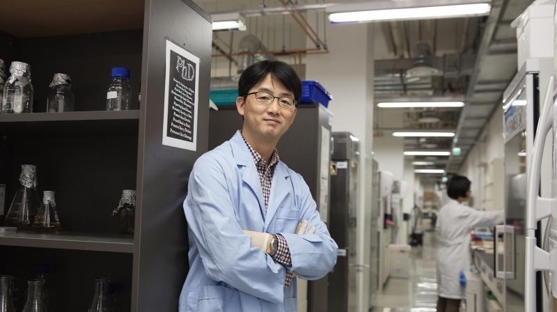 Prof. Park (School of Life Sciences) posing in his lab at UNIST