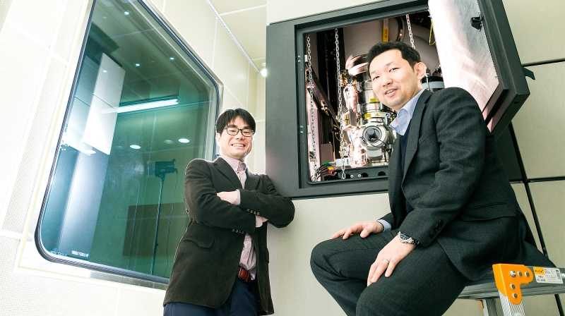 Prof. Kwanpyo Kim (School of Natural Science) and Prof. Hu Young Jeong (School of Materials Science and Engineering) at UNIST are posing for a portrait in front of the Advanced TEM, which they used to study the self-organized growth of inorganic AuCN nanowires.
