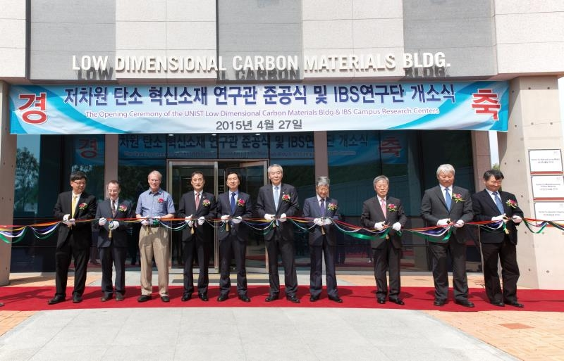 At the completion ceremony of new IBS Center for Multi-Dimensional Carbon Materials (CMCM). From left are Director Kyungjae Myung, Director Steve Granick, Director Rodney Ruoff, Council Chairman Young Cheol Park, Mayor Gi-hyun Kim of Ulsan, UNIST President Moo Je Cho, IBS President Doochul Kim, Standing Auditor