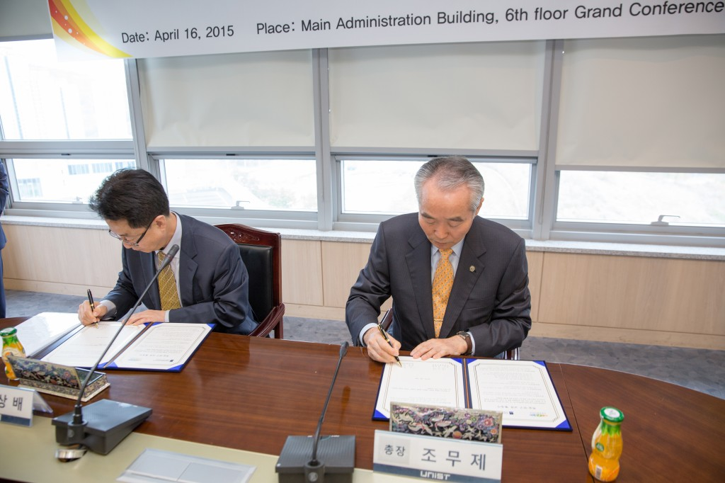 The signing ceremony of MOU between UNIST and NIBR took place at UNIST Main Administration Building on April 16, 2015. The MOU was signed by UNIST President Moo Je Cho and NIBR President Sang-bae Kim to enhance the scientific and technical cooperation between the two institutions.