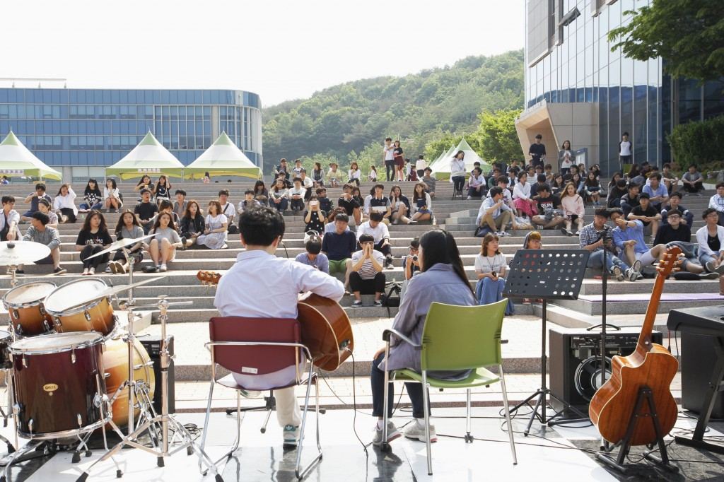 Students gathered to listen to the buskers performing at the 2015 UNIST Spring Festival. [Photo Credit: Studio INGAM]