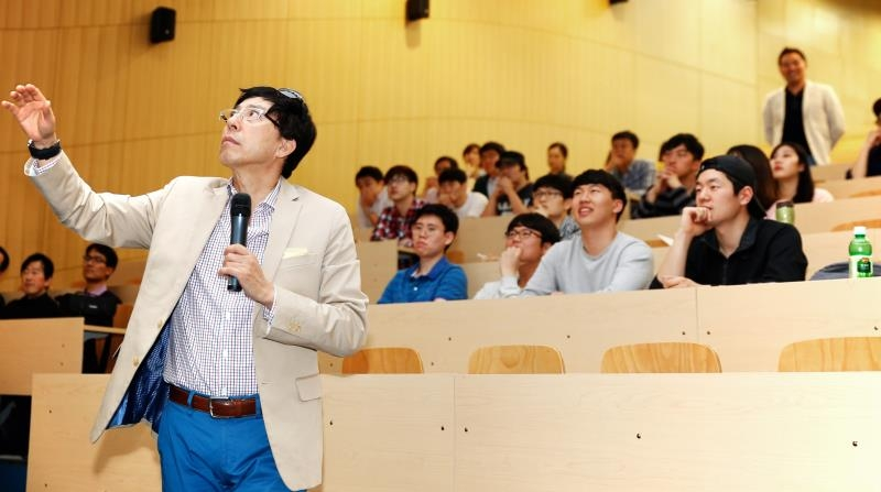 "Prof. Bumsuk Lim of Art Center College of Design (ACCD), delievering a special lecture on ""Future Trends in Automotive Design"" at UNIST Business Administration Bulding."