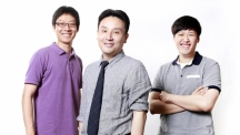 Prof. Jang-Ung Park's research team is posing for a portrait. From left are Dr. Kuk Joo Kim, Prof. Park (School of Materials Science and Engineering), and Byeong-Wan An.