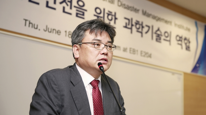 Shim Jae Hyun, President of National Disaster Management Institute, delivering a special lecture at at UNIST Engineering Building I.
