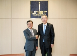 UNIST President Moo Je Cho (right) shake hands with President Yeon-Chun Oh (Left) of Ulsan University.