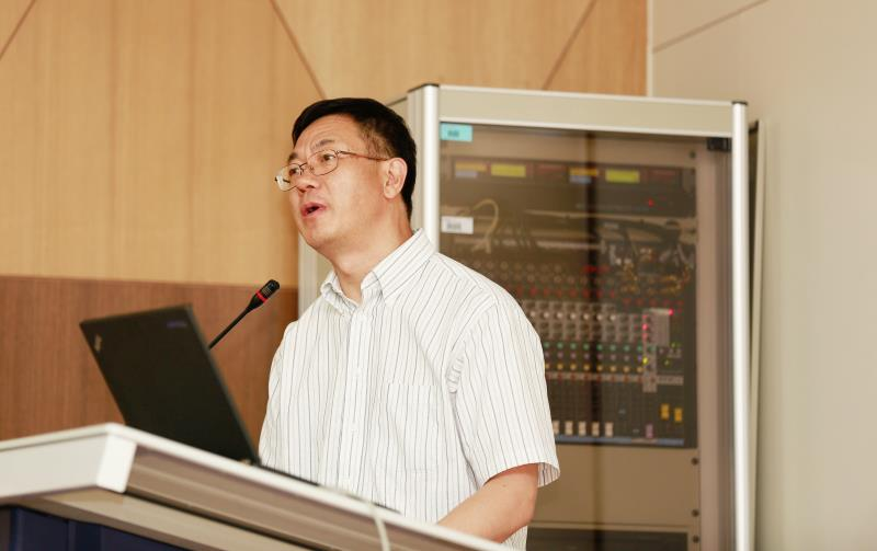 Prof. Zhong Lin Wang (Georgia-Tech), giving a presentation on Triboelectric Nanogenerator, a new energy technology at the symposium on June 4, 2015.