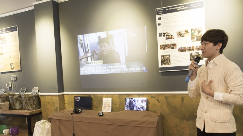 UNIST student, presenting his group's exhibition display at Eonyang Market on June 5, 2015.