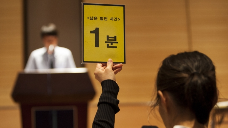 The 2nd National Science Debate was held at UNIST on July 24, 2015. A warning sign held up by the judge during the final round of the debate, helping the teams from going over their time. l Photo Credit: JiHun Park (UNIST Journal).