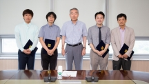 The recipients of the 2015 Best Homepage Awards are posing for a group photo after receiving their awards. From left are MinJoon Park from Prof. Jaephil Cho's team, SaHoon Min from Prof. Byeong-Su Kim's team, President Cho, Prof. Jang-Ung Park, and Prof. Sung-Phil Kim.